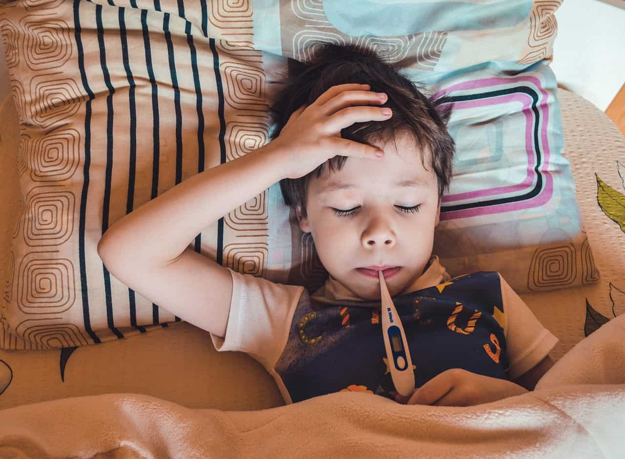 ילד מודד חום