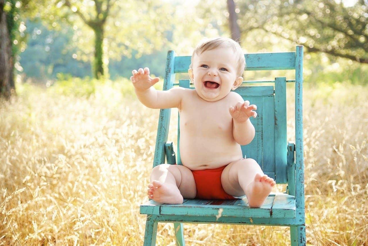 תינוק יושב על כיסא