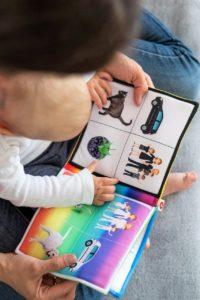 אמא מקריאה ספר לתינוק
