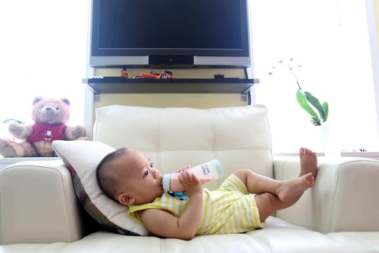 תינוק בספה שותה מבקבוק