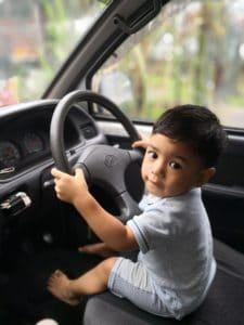 תינוק יושב ברכב