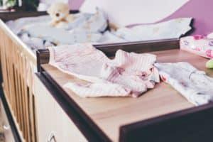 חדר תינוקת עם בגד ורוד
