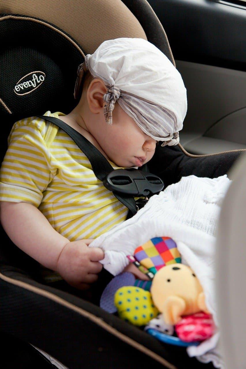 תינוק בכיסא בטיחות