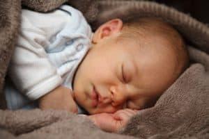 תינוק ישן במיטה