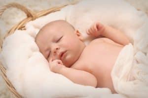 תינוק ישן בסלסלה