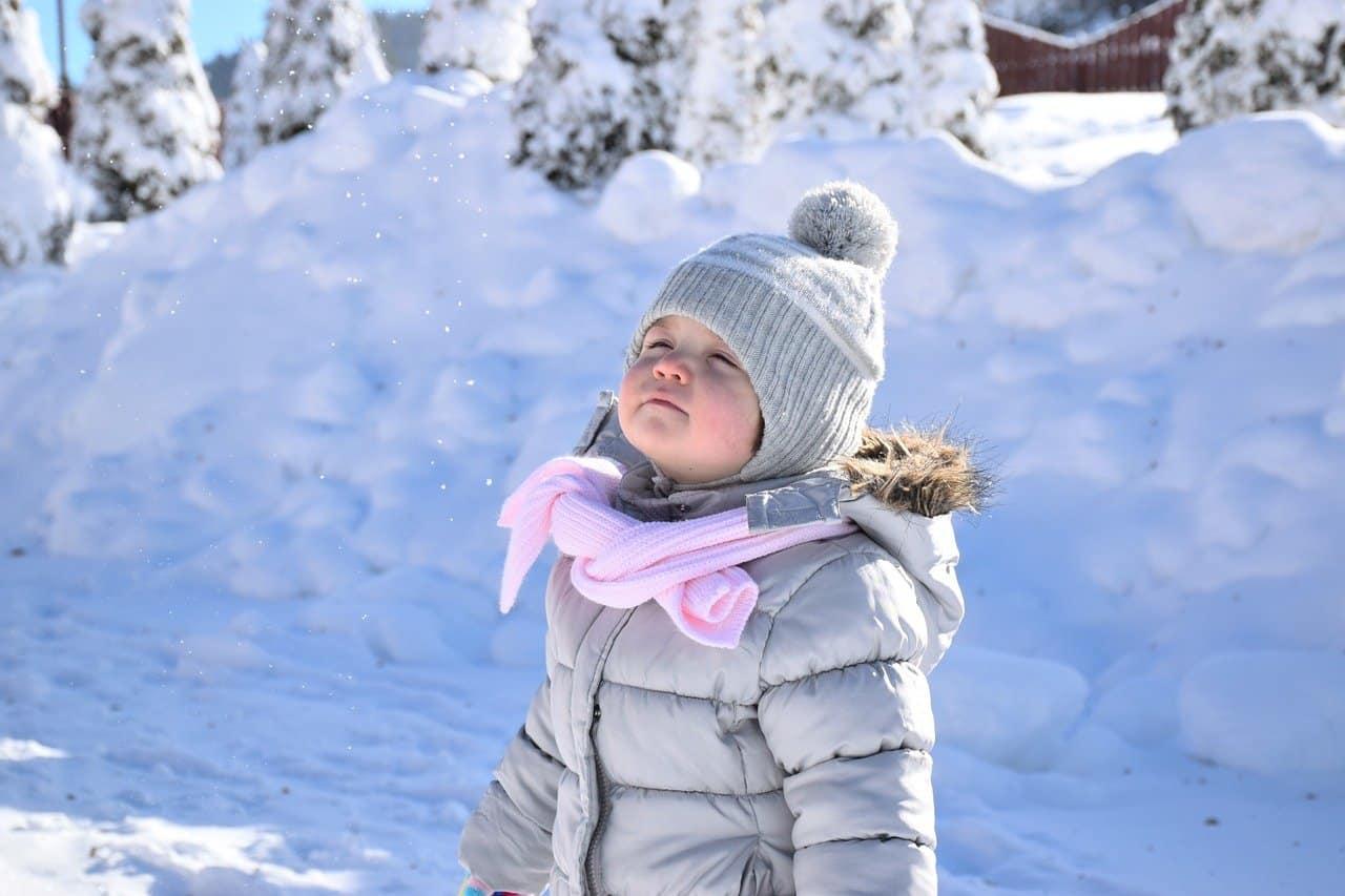 ילדה עם מעיל בשלג