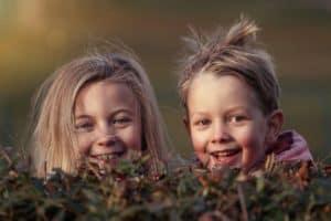 שני ילדים צוחקים