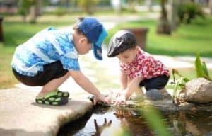 שני ילדים בטבע