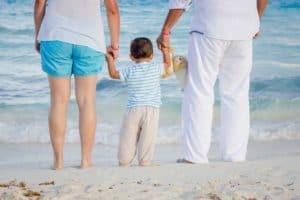משפחה בחופשה בים