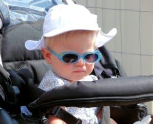 תינוק עם משקפי שמש בעגלה