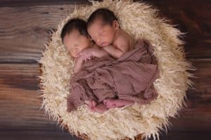שני תינוקות תאומים