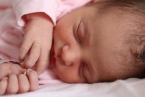 תינוק בבגד ורוד