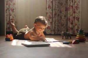 ילד משחק בחדר