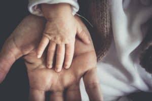 יד קטנה של תינוק