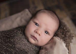 תינוק עטוף בשמיכה