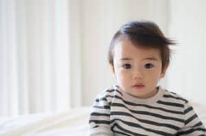 תינוק ברקע לבן