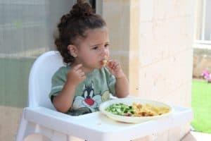 תינוק יושב ואוכל