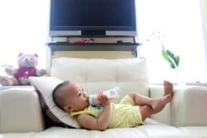 תינוק שותה חלב מבקבוק