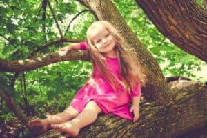 ילדה בשמלה ורודה