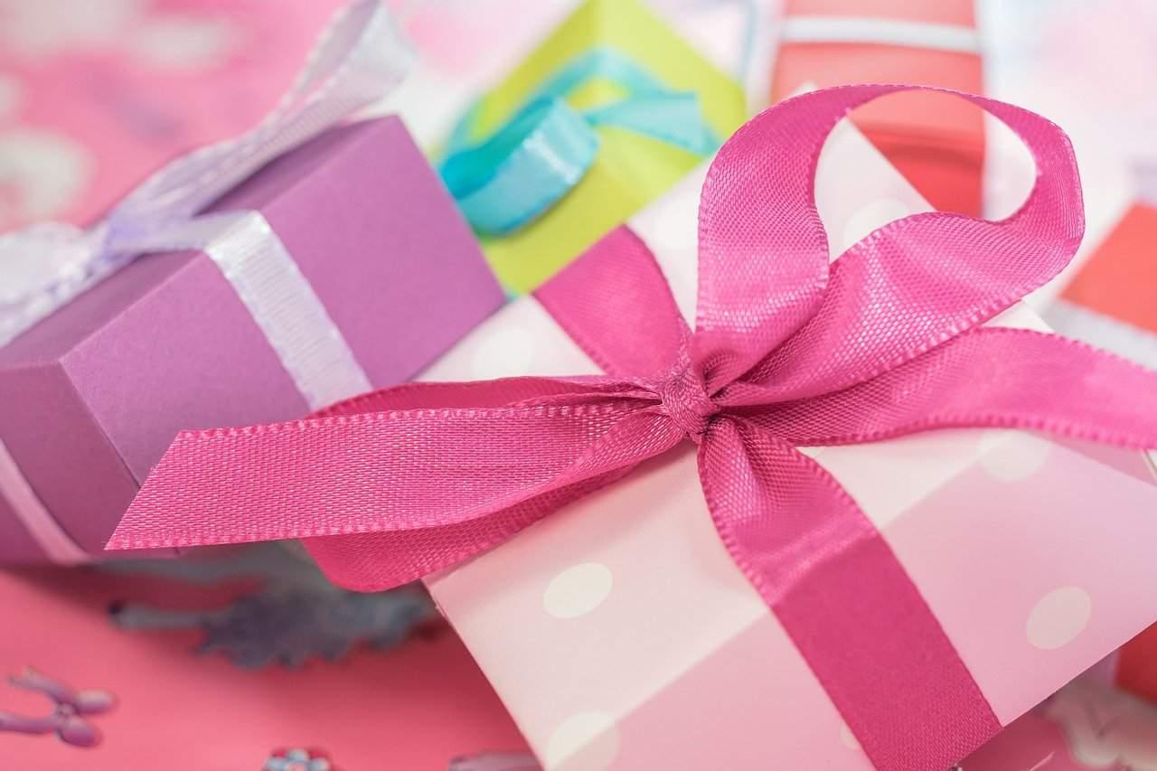 ערימת קופסאות מתנה