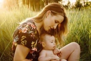 אמא ותינוק יושבים בדשא
