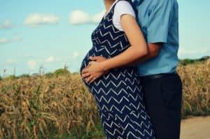 זוג בהריון בשדה
